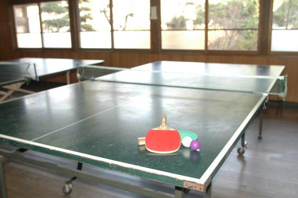 旅館にはレトロな卓球場完備