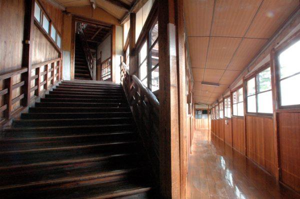 ますや旅館のレトロな階段