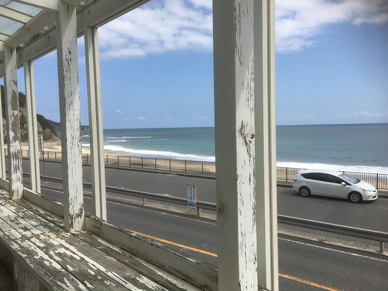 「Nextlevel」の2階テラスから海を臨む