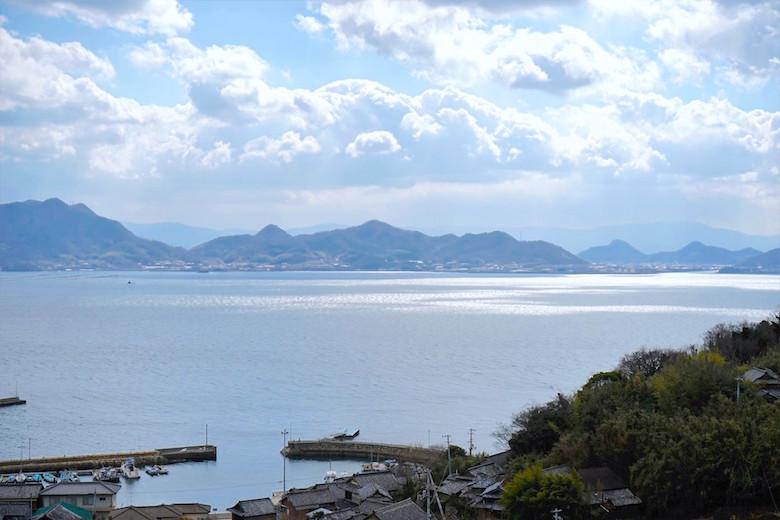 志々島港と瀬戸内海