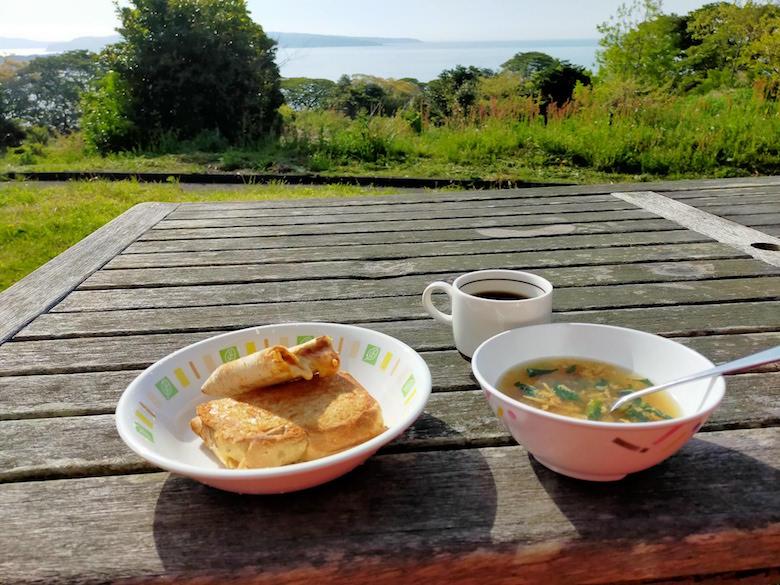 海を眺めての朝食